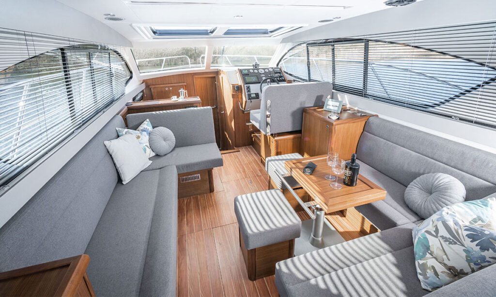 Haines 36 Offshore saloon
